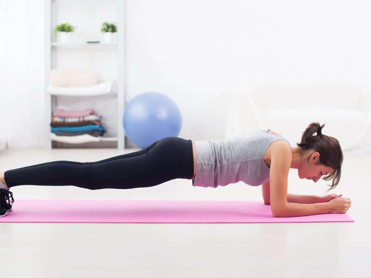 Plank là động tác đốt mỡ bụng cực kì hiệu quả.