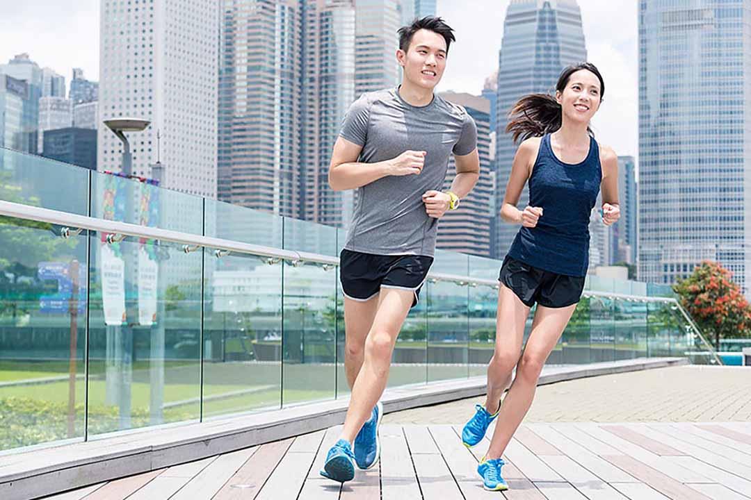 Sẽ rất thú vị và động lực sẽ luôn được duy trì ở mức tối đa nếu như bạn có thêm một người đồng hành cùng ăn kiêng, tập thể dục.